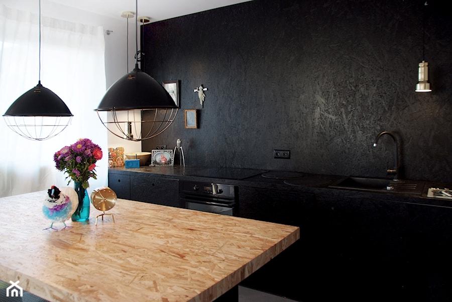 Studio 1 konkurs - Średnia otwarta biała czarna kuchnia jednorzędowa z wyspą, styl industrialny - zdjęcie od ManaDesign