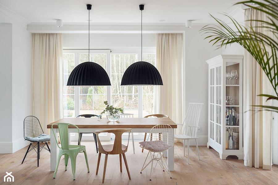 Aranżacje wnętrz - Jadalnia: Dom w Trójmieście - Duża zamknięta biała jadalnia jako osobne pomieszczenie, styl eklektyczny - ManaDesign. Przeglądaj, dodawaj i zapisuj najlepsze zdjęcia, pomysły i inspiracje designerskie. W bazie mamy już prawie milion fotografii!