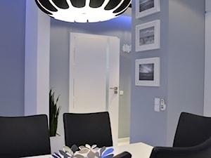 Mieszkanie Gdańsk - 48m2 - 2014 - Średnia otwarta szara jadalnia w salonie, styl nowoczesny - zdjęcie od Studio86