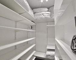 Mieszkanie - Browar Gdański - 50m2 - 2015 - Średnia zamknięta garderoba przy sypialni, styl nowoczesny - zdjęcie od Studio86