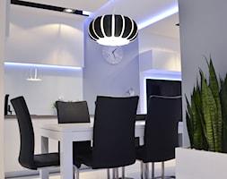 Mieszkanie Gdańsk - 48m2 - 2014 - Średnia biała fioletowa jadalnia w kuchni, styl nowoczesny - zdjęcie od Studio86