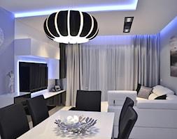 Mieszkanie Gdańsk - 48m2 - 2014 - Mały biały niebieski salon z jadalnią z tarasem / balkonem, styl nowoczesny - zdjęcie od Studio86