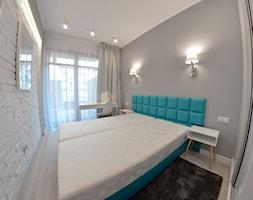 Apartament wakacyjny - Neptun Park Gdańsk - 42m2 - 2017 - Mała szara sypialnia małżeńska z balkonem / tarasem, styl nowoczesny - zdjęcie od Studio86