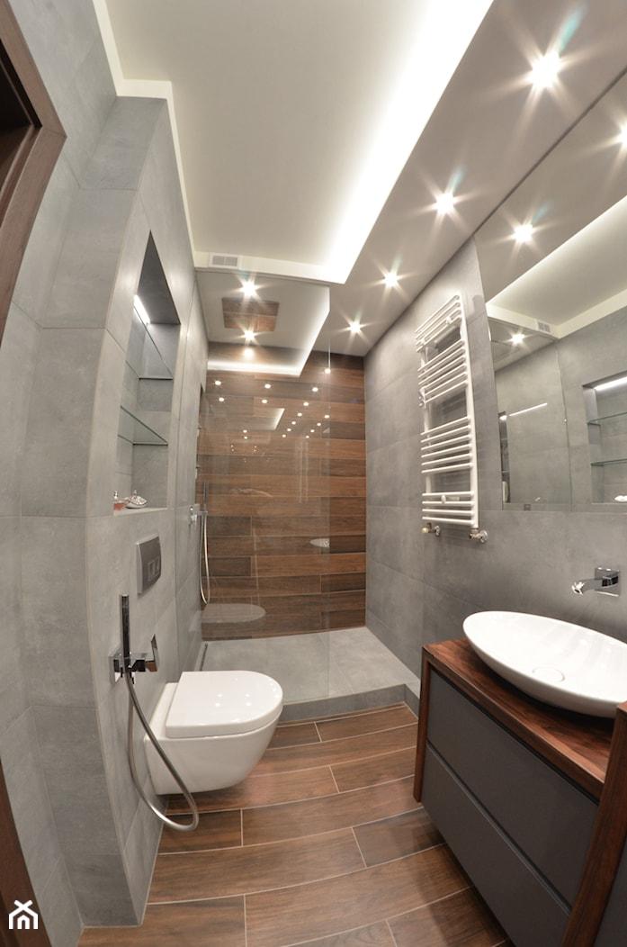 Łazienka + wc + hol - Albatross Towers Gdańsk - 2016 - Mała brązowa szara łazienka bez okna, styl nowoczesny - zdjęcie od Studio86 - Homebook
