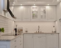 Kuchnia - Lębork - 20m2 - 2017 - Mała otwarta biała kuchnia w kształcie litery l w aneksie, styl prowansalski - zdjęcie od Studio86