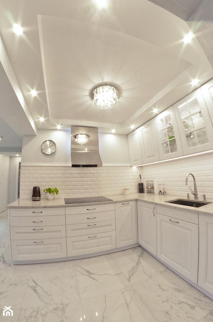 Kuchnia - Lębork - 20m2 - 2017 - Średnia otwarta biała kuchnia w kształcie litery l w aneksie, styl glamour - zdjęcie od Studio86 - Homebook