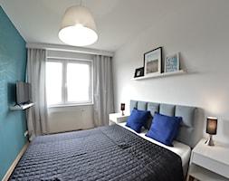 Home Staging - Marina Primore Gdańsk - 70m2 - 2019 - Mała biała niebieska sypialnia małżeńska, styl nowoczesny - zdjęcie od Studio86