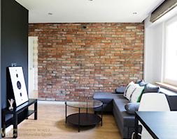 Mieszkanie 33m2 - Mały biały czarny salon, styl skandynawski - zdjęcie od Projektowanie Wnętrz Ewa Wróblewska-Szoda