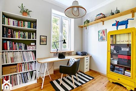 Biurko pod oknem – sprawdź 7 pomysłów na aranżację biurka pod oknem
