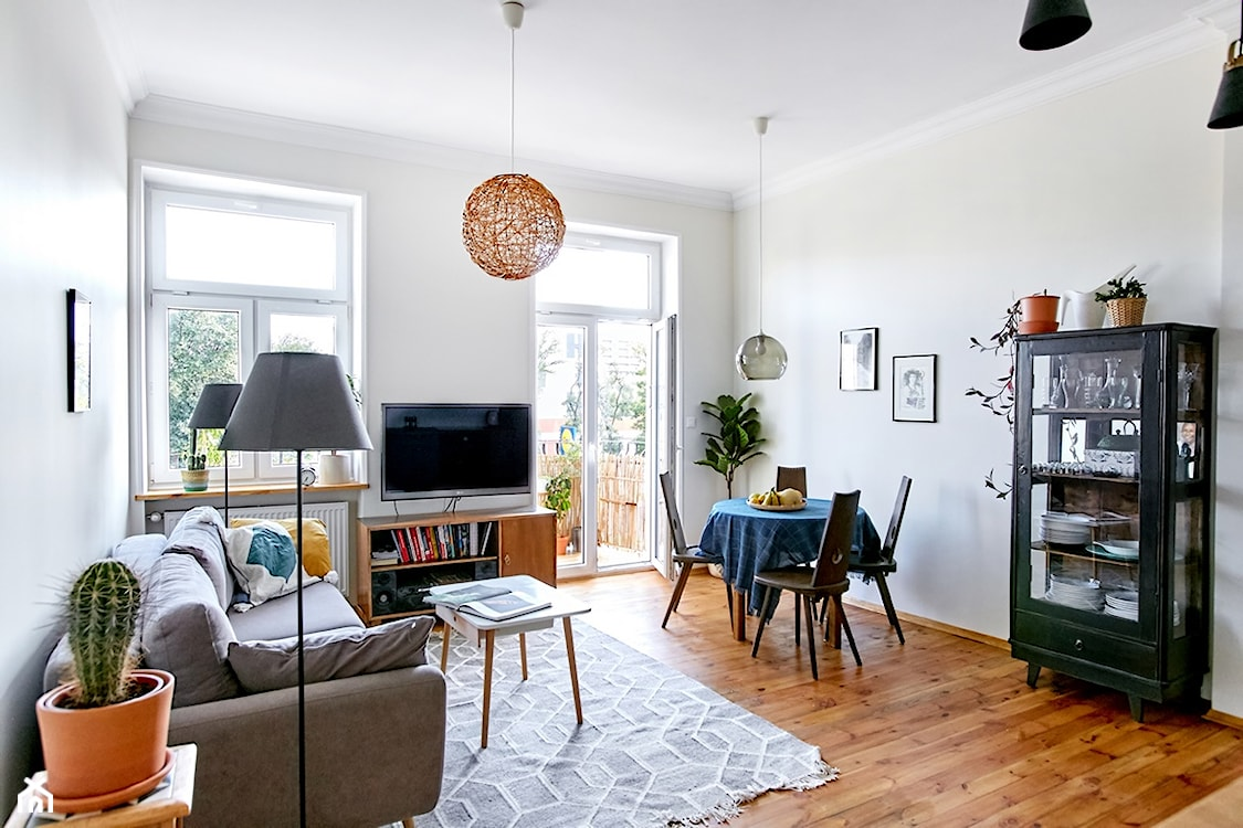 eklektyczny salon z szarą sofą