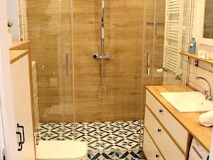 MIESZKANIE MIĘDZYZDROJE - Mała biała łazienka w bloku w domu jednorodzinnym bez okna, styl skandynawski - zdjęcie od KADA WNĘTRZA S.C