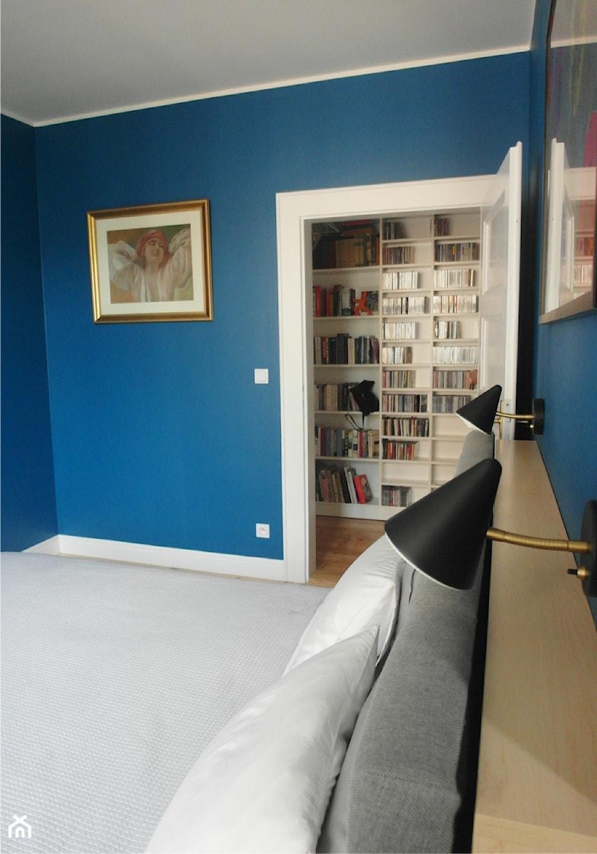 Aranżacje wnętrz - Sypialnia: astrów - Mała niebieska sypialnia małżeńska, styl eklektyczny - NaNovo. Przeglądaj, dodawaj i zapisuj najlepsze zdjęcia, pomysły i inspiracje designerskie. W bazie mamy już prawie milion fotografii!