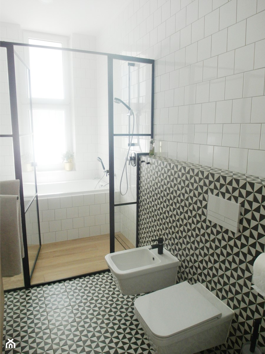 estreichera - Mała biała czarna łazienka na poddaszu w bloku w domu jednorodzinnym z oknem, styl vintage - zdjęcie od NaNovo