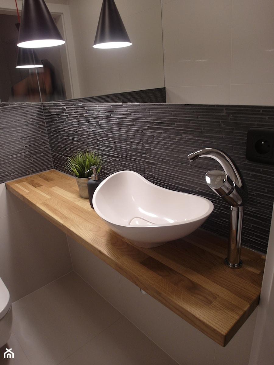 jesienna - Mała biała szara łazienka bez okna, styl nowoczesny - zdjęcie od NaNovo