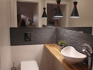 jesienna - Mała beżowa szara łazienka w bloku bez okna, styl minimalistyczny - zdjęcie od NaNovo