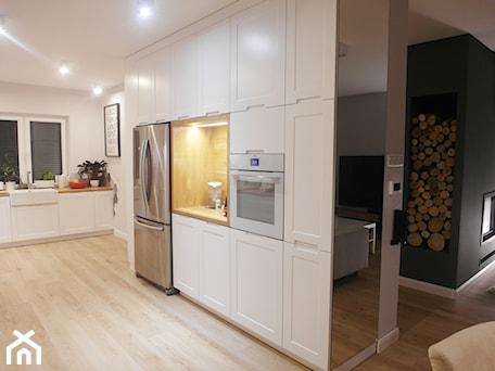 Aranżacje wnętrz - Kuchnia: jesienna - Duża otwarta biała kuchnia w kształcie litery l, styl minimalistyczny - NaNovo. Przeglądaj, dodawaj i zapisuj najlepsze zdjęcia, pomysły i inspiracje designerskie. W bazie mamy już prawie milion fotografii!