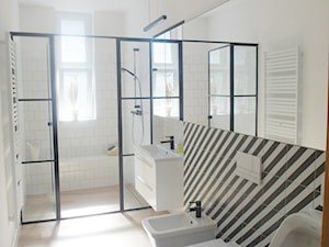 estreichera - Średnia biała łazienka na poddaszu w bloku w domu jednorodzinnym z oknem, styl eklektyczny - zdjęcie od NaNovo