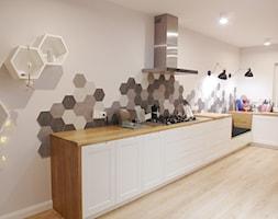 jesienna - Duża otwarta biała kuchnia w kształcie litery l, styl eklektyczny - zdjęcie od NaNovo - Homebook