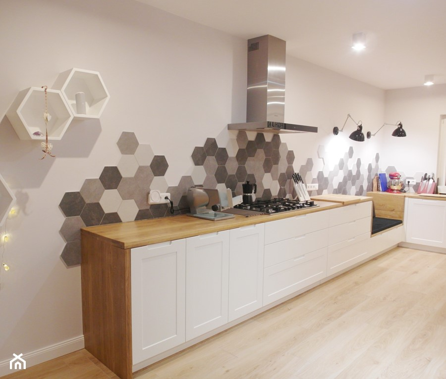 jesienna - Duża otwarta biała kuchnia w kształcie litery l, styl eklektyczny - zdjęcie od NaNovo