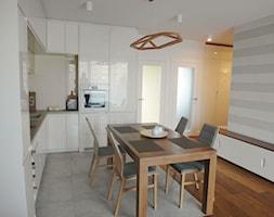 mf - Średnia otwarta biała szara jadalnia w kuchni, styl nowoczesny - zdjęcie od NaNovo