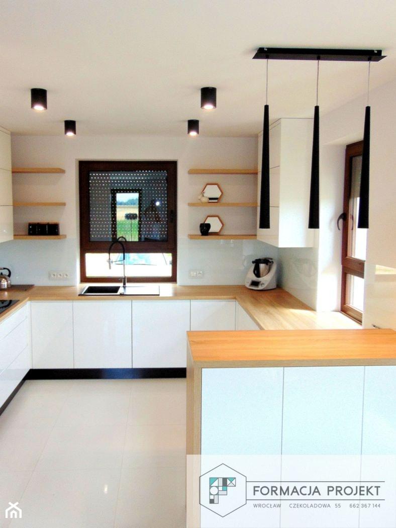 KUCHNIA BIAŁA / CZARNA / DĄB - Średnia otwarta biała kuchnia w kształcie litery g z oknem, styl nowoczesny - zdjęcie od Formacja Projekt