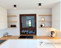 KUCHNIA BIAŁA / CZARNA / DĄB - Mała otwarta biała kuchnia w kształcie litery u z oknem, styl nowocz ... - zdjęcie od Formacja Projekt - Homebook