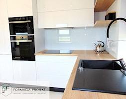 KUCHNIA BIAŁA / CZARNA / DĄB - Mała zamknięta biała kuchnia w kształcie litery l z oknem, styl nowoczesny - zdjęcie od Formacja Projekt