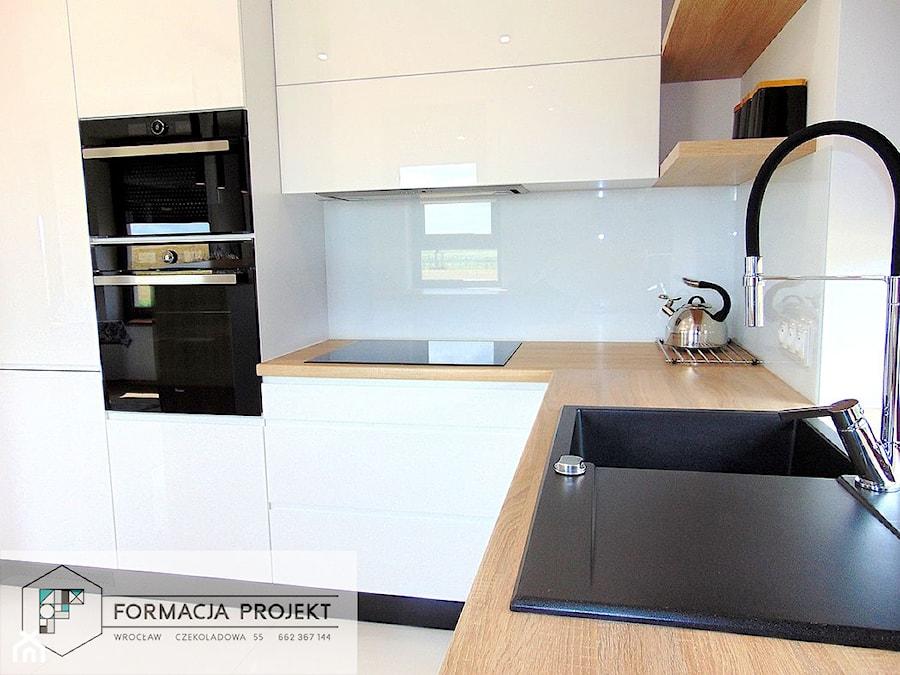 KUCHNIA BIAŁA / CZARNA / DĄB - Mała zamknięta biała kuchnia w kształcie litery l z oknem, styl nowo ... - zdjęcie od Formacja Projekt