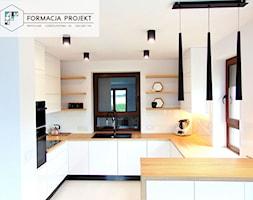 KUCHNIA BIAŁA / CZARNA / DĄB - Średnia otwarta biała kuchnia w kształcie litery g z oknem, styl now ... - zdjęcie od Formacja Projekt - Homebook