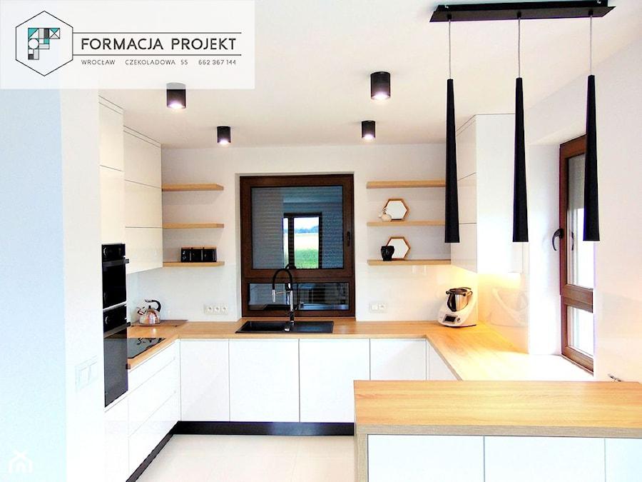 KUCHNIA BIAŁA / CZARNA / DĄB - Średnia otwarta biała kuchnia w kształcie litery g z oknem, styl now ... - zdjęcie od Formacja Projekt