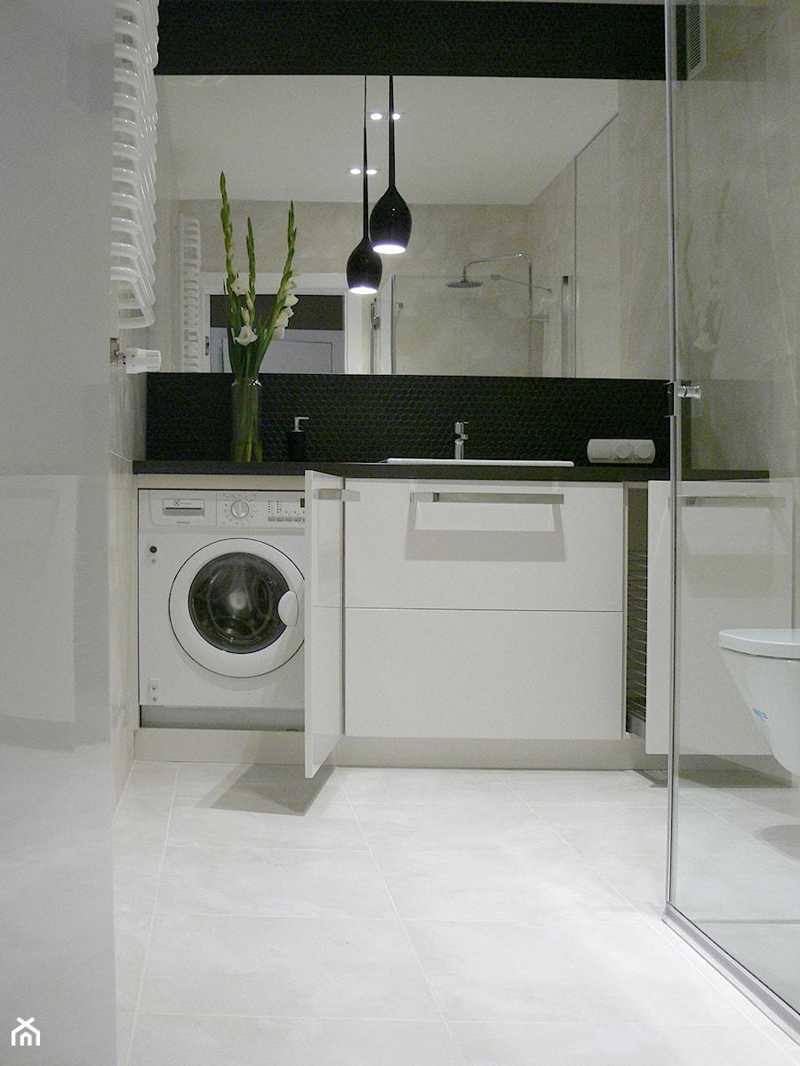 Aranżacje wnętrz - Łazienka: apartament do wynajęcia - Mała beżowa łazienka, styl nowoczesny - Pracownia Wnętrza. Przeglądaj, dodawaj i zapisuj najlepsze zdjęcia, pomysły i inspiracje designerskie. W bazie mamy już prawie milion fotografii!