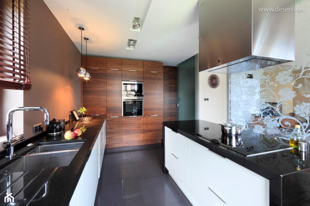 nowoczesna kuchnia, białe meble z czarnym blatem, metalowe lampy wiszące