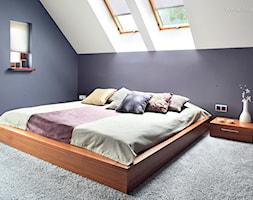 * dom bibice - Średnia fioletowa sypialnia małżeńska na poddaszu, styl nowoczesny - zdjęcie od d e s e n i e