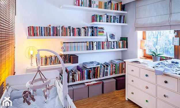 szara roleta rzymska, biała komoda z kolorowymi uchwytami, białe łóżeczko dziecięce,