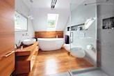 łazienka na poddaszu, płytki gresowe imitujące drewno, wanna wolnostojąca, kabina prysznicowa walk-in