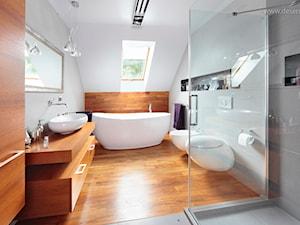 * dom bibice - Duża szara łazienka na poddaszu w domu jednorodzinnym jako salon kąpielowy z oknem, styl nowoczesny - zdjęcie od d e s e n i e
