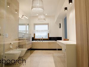 Łazienka - Duża biała łazienka w domu jednorodzinnym z oknem, styl nowoczesny - zdjęcie od Laboarch Domy i Wnętrza