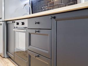 Carmen MDF czarny głęboki mat - Mała zamknięta biała czarna kuchnia jednorzędowa, styl vintage - zdjęcie od KAMPRA MEBLE