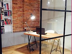 Projekt Września - Średnie szare czerwone biuro kącik do pracy w pokoju - zdjęcie od kabeDesign kasia białobłocka