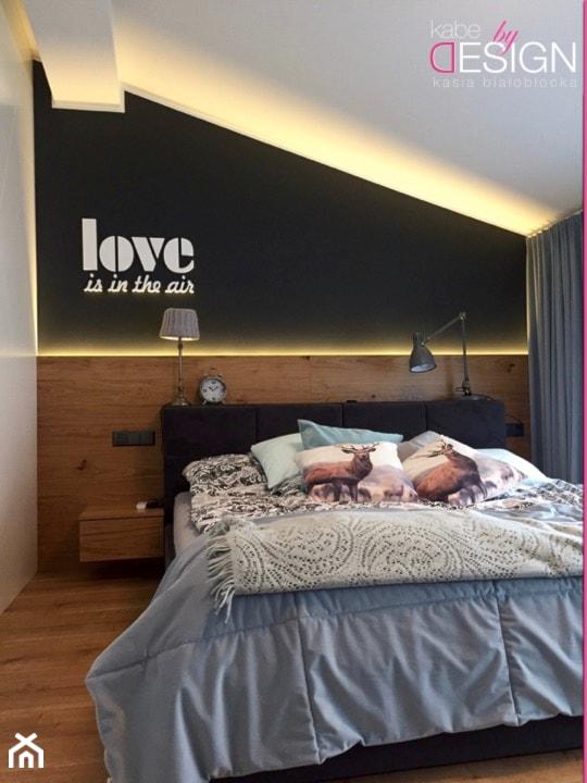 Aranżacje wnętrz - Sypialnia: Projekt Września - Mała biała czarna sypialnia małżeńska na poddaszu - kabeDesign kasia białobłocka. Przeglądaj, dodawaj i zapisuj najlepsze zdjęcia, pomysły i inspiracje designerskie. W bazie mamy już prawie milion fotografii!