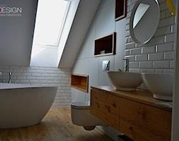 Projekt Łazienka - Mała biała szara łazienka na poddaszu, styl skandynawski - zdjęcie od kabeDesign kasia białobłocka