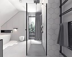 Projekt 13 - Duża szara łazienka na poddaszu w domu jednorodzinnym z oknem, styl nowoczesny - zdjęcie od Pracownia projektowania wnętrz Loci