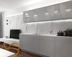 projekt 9 - Średnia otwarta biała żółta kuchnia jednorzędowa w aneksie z oknem, styl nowoczesny - zdjęcie od Pracownia projektowania wnętrz Loci