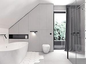 Projekt 13 - Duża szara łazienka na poddaszu w domu jednorodzinnym z oknem, styl minimalistyczny - zdjęcie od Pracownia projektowania wnętrz Loci