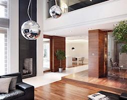 DOM W MAGDALENCE - Duży biały czarny salon z jadalnią z antresolą, styl nowoczesny - zdjęcie od 3deko