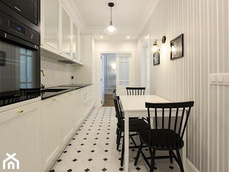 Aranżacje wnętrz - Jadalnia: MIESZKANIE KRAKÓW - Mała otwarta biała jadalnia w kuchni, styl klasyczny - 3deko. Przeglądaj, dodawaj i zapisuj najlepsze zdjęcia, pomysły i inspiracje designerskie. W bazie mamy już prawie milion fotografii!