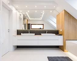 DOM W MICHAŁOWICACH - Duża biała łazienka na poddaszu, styl nowoczesny - zdjęcie od 3deko
