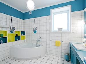 DOM W WILANOWIE - Średnia biała turkusowa łazienka w domu jednorodzinnym z oknem - zdjęcie od 3deko