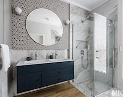 Mieszkanie Mokotów - Mała szara łazienka w bloku w domu jednorodzinnym z oknem, styl nowoczesny - zdjęcie od 3deko