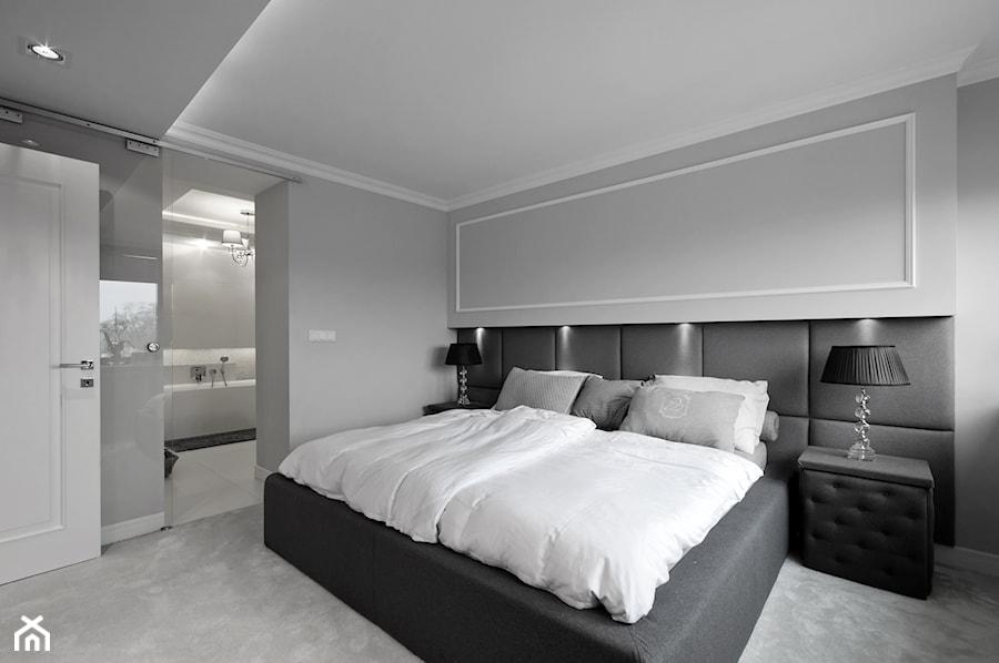 DOM W FALENTACH - Średnia sypialnia małżeńska z łazienką, styl nowoczesny - zdjęcie od 3deko